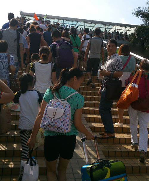 通往出境大厅的人行天桥